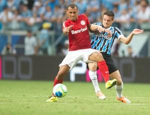 Alan Patrick disputa bola com Ramiro no Gre-Nal 400 (Foto: Alexandre Lopes/Divulgação Inter)