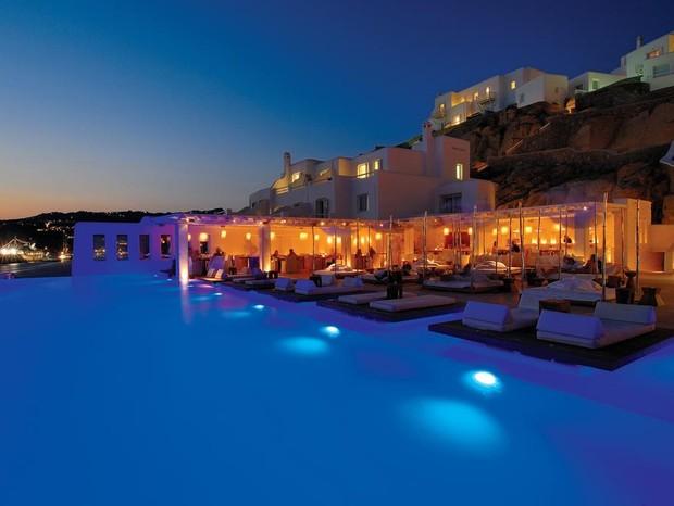 Bar da piscina do hotel Cavo Tagoo (Foto: Reprodução)