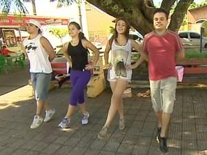Jovens ensaiam músicas italianas para a festa de Quiririm. (Foto: Reprodução/TV Vanguarda)