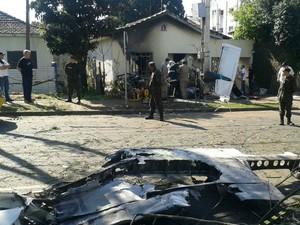 Aeronáutica e polícia trabalham no local onde caiu o avião (Foto: Rodrigo Pinto/ ÓTV - RPCTV)