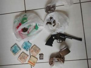 Material apreendido com suspeito de tráfico em Engenheiro Passos (Foto: Divulgação/Polícia Militar)