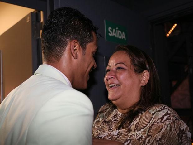 Marcello ganha o carinho da mãe após a vitória (Foto: Carol Caminha/Gshow)