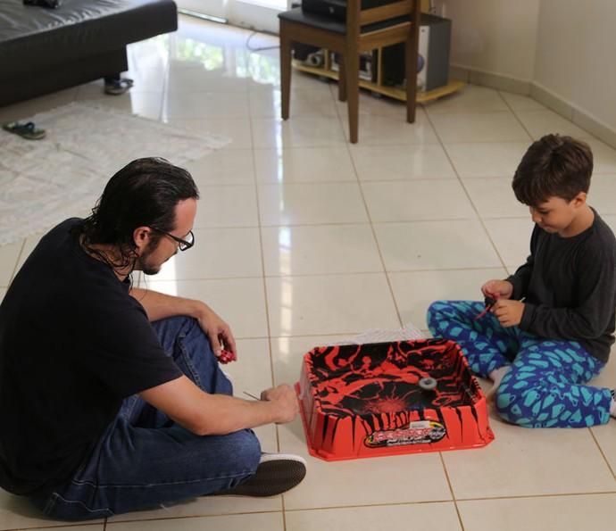 Tamiel brincando com seu filho mais novo (Foto: Gabriella Dias/Gshow)
