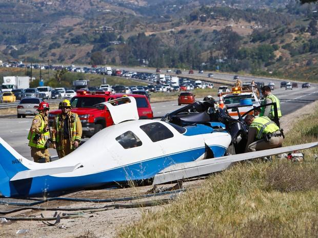 Peritos analisam o local onde um avião caiu sobre um carro em Fallbrook, na Califórnia, no sábado (2) (Foto: Don Boomer/The San Diego Union-Tribune via AP)
