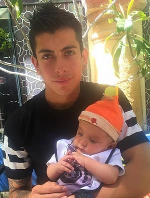 Foto do atacante Suárez, com filho Gianluca (Foto: Reprodução / Facebook)