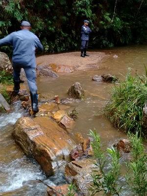 Bombeiros na cachoeira Santana do Garambéu (Foto: Bombeiros Barbacena/Divulgação)
