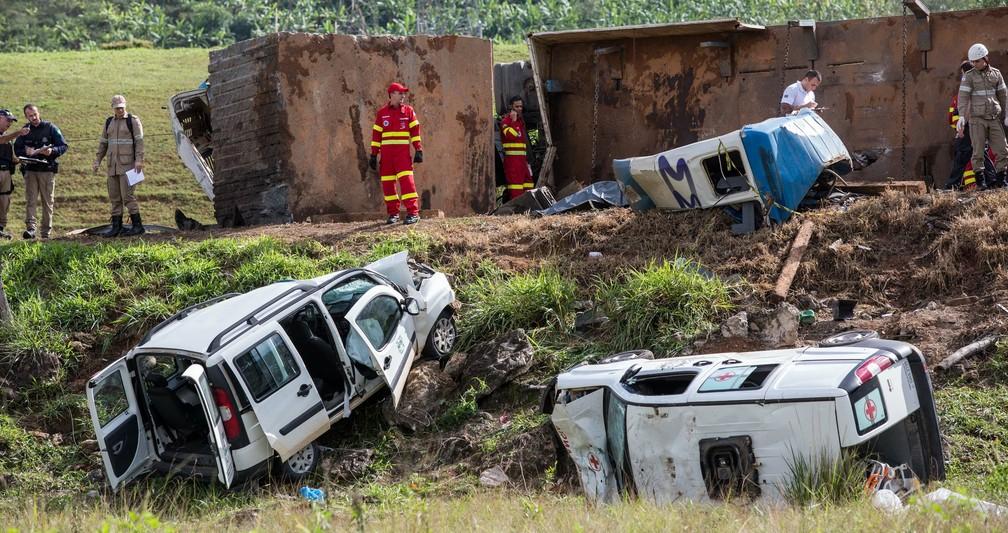Acidente envolvendo duas ambulâncias, uma carreta e um ônibus deixa 21 mortos e vários feridos no km 343 da BR-101, em Guarapari (Foto: Jefferson Rocio/ Futura Press/ Estadão Conteúdo)