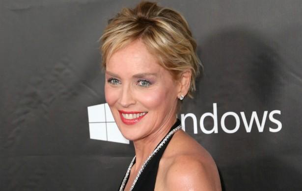 """Sharon Stone quase morreu uma vez. Ou melhor, duas vezes. Primeiro, em 1990, quando dirigia e bateu de frente com outro carro, deslocando a mandíbula e as costas, quebrando uma costela e torcendo um joelho. Depois, em 2001, quando sofreu um aneurisma cerebral. Nesta segunda vez, a atriz diz até que chegou a ver a famosa """"luz branca"""". (Foto: Getty Images)"""