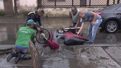 'Pescaria' de moto vira atração após acidente em Santos, SP