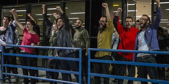 Manifestantes detido no Centro Cultural São Paulo comemora liberação provisória (Foto: Reprodução)