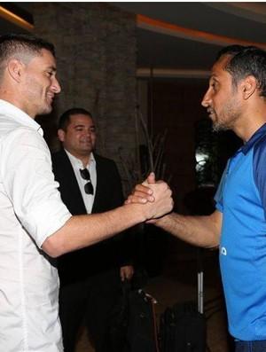 Thiago Neves com o técnico do Al-Hilal Sami Al-Jaber (Foto: Reprodução / Facebook)