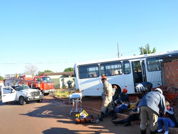 Condutor do ônibus perdeu o controle do veículo e invadiu casa. (Foto: Gustavo Arakaki/ G1 MS)