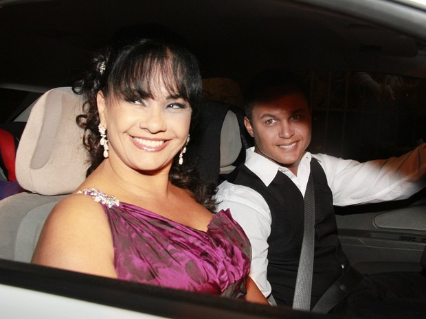 Solange Couto e o marido chegam para o casamento de Bárbara Borges (Foto: Isac Luz / EGO)