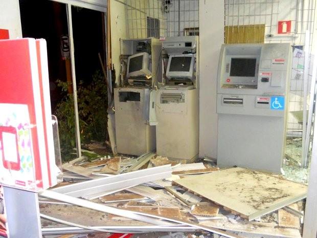 Grupo explodiu oe três caixas eletrônicos do Banco Santander nesta madrugada (Foto: Reprodução EPTV)