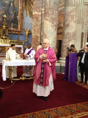 Dom Odilo logo após o fim da comunhão em missa realizada por ele em Roma neste domingo (10) (Foto: Juliana Cardilli/G1)