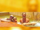 Paulo Gustavo curte piscina com Regina Casé em dia quente no Rio