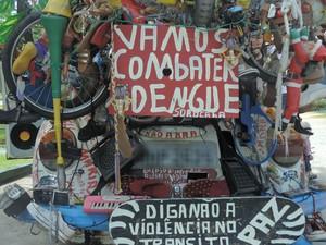 Xavier espalha placas pelo automóvel (Foto: Carlos Dias/G1)