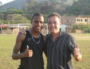 Presidente do Cruzeiro de Honório Bicalho com jogador revelado no clube (Foto: Gabriel Medeiros / Globoesporte.com)