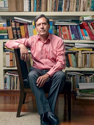 """MAQUIAGEM O historiador  Marco Antonio Villa, na sua casa, em São Paulo. """"Classe média não mora em favela"""" (Foto: Filipe Redondo/ÉPOCA)"""