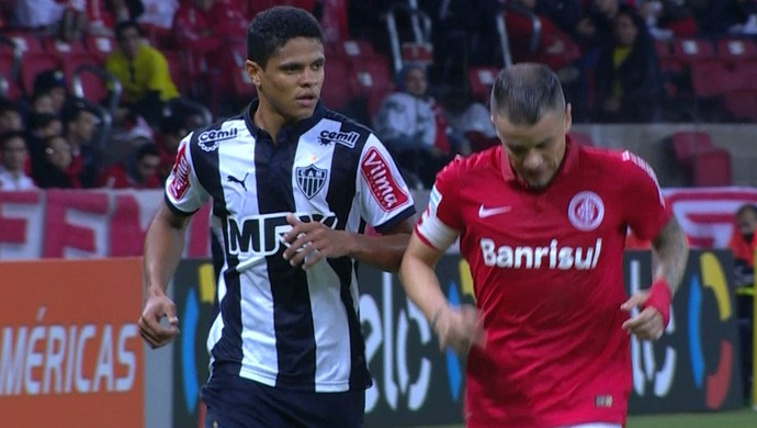 Douglas Santos, lateral do Atlético-MG, e D'Alessandro, meia do Internacional (Foto: Reprodução/Premiere FC)