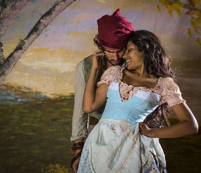 Renato Góes e Larissa Góes são fotografados durante a preparação de elenco que aconteceu durante meses antes de as gravações começarem; na ocasião, eles já vestiam o figurino dos personagens (Foto: Leandro Pagliaro)