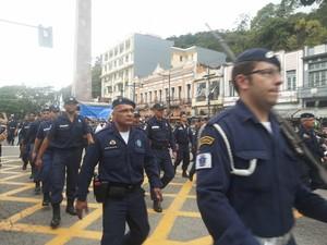 Homens da Guarda Civil de Petrópolis no desfile cívico (Foto: Andressa Canejo/G1)