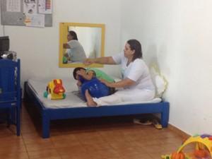 Menino Andrei, de 9 anos, faz tratamento no Centro em Cacoal (Foto: Fernanda Bonilha/ G1)