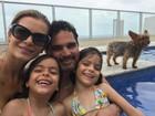 Sertanejo Luciano posa com a mulher Flávia e as filhas gêmeas