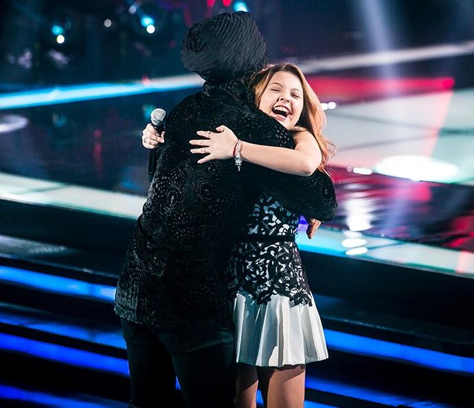 Ajayô! O abraço entre Brown e Júlia emocionou a plateia (Foto: Isabella Pinheiro/Gshow)