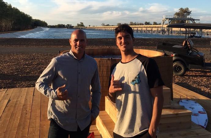 Kelly Slater e Gabriel Medina em piscina de ondas artificiais na Califórnia (Foto: Divulgação)