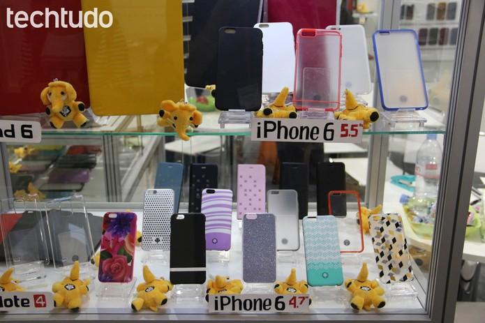 Com a vitrine cheia, marca chinesa 'confirma' novo formato do smartphpne da Apple (Foto: Fabrício Vitorino / TechTudo)
