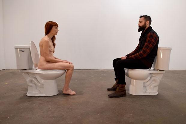 Lisa Levy realizou performance em que interagiu nua sentada em vaso sanitário (Foto: Timothy A. Clary/AFP)