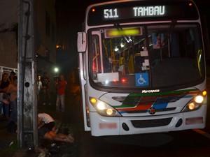 Ônibus foi assaltado por três homens armados de revólver (Foto: Walter Paparazzo/G1)