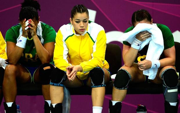 jogadoras do handebol do Brasil após derrota (Foto: AFP)