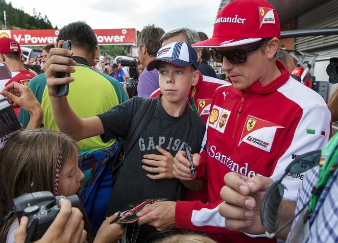 """""""O Homem de Gelo"""" Kimi Raikkonen tira fotos com os fãs no circuito de Spa, nesta quinta-feira (Foto: Reuters)"""