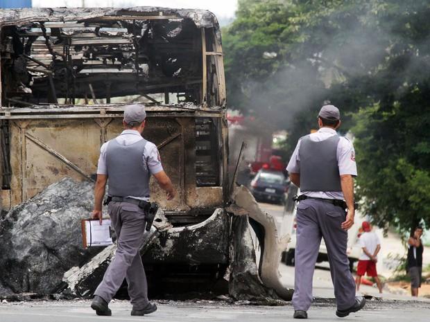 rês ônibus do transporte público de Campinas (SP) foram incendiados e outros sete, depredados no final da manhã desta segunda-feira (13) nas imediações do Terminal do bairro Vida Nova. (Foto: Denny Cesare/AFP)