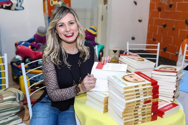 Andressa Urach distribuiu seus livros no aniversário do filho (Foto: Claudio Cauduro/Divulgação)