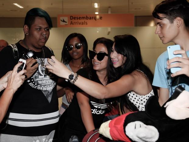 Anitta com fãs em aeroporto de São Paulo (Foto: Marcos Ribas/ Brazil News)