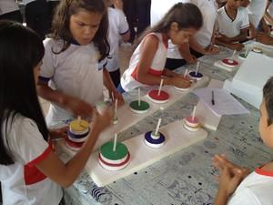 Torre de Hanói é uma das atividades desenvolvidas (Foto: Joab Ferreira/G1)