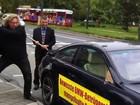 Cliente da BMW marreta carro em frente ao Salão de Frankfurt