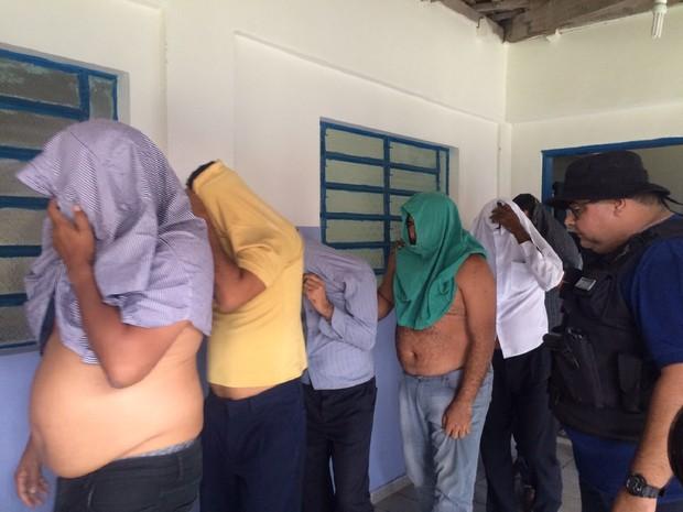 Presos durante a operação da Polícia Civil (Foto: Michelle Farias/G1)