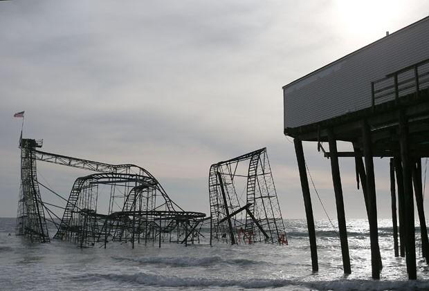 Montanha-russa danificada pela tempestade permanece na água  (Foto: Mark Wilson/Getty Images/AFP)