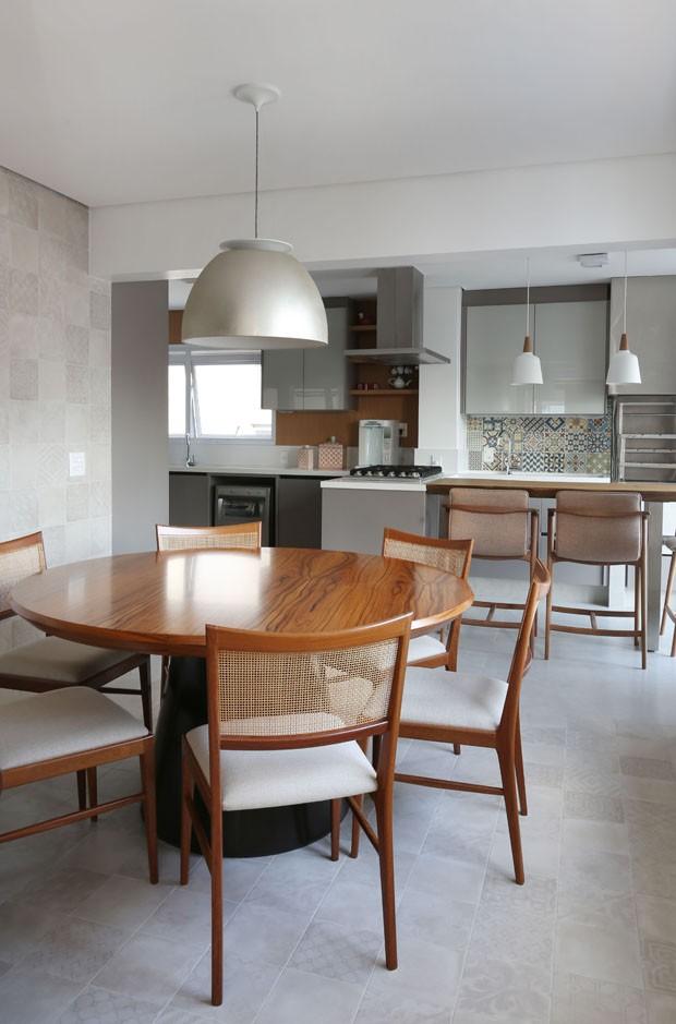 Madeira traz aconchego a apartamento de 270 m² (Foto: Divulgação)