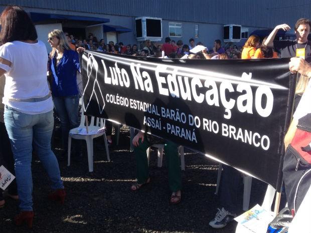 Professores optaram por paralisar as atividades na segunda-feira (9) (Foto: Marina Petri/RPC)