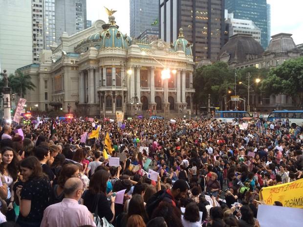 Centenas de pessoas foram à Cinelândia protestar contra Eduardo Cunha (Foto: Matheus Rodrigues / G1)