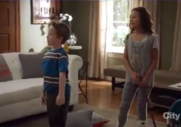 """Jackson Millarker no papel de Tom, em """"Modern Family"""" (Foto: Reprodução/Youtube)"""