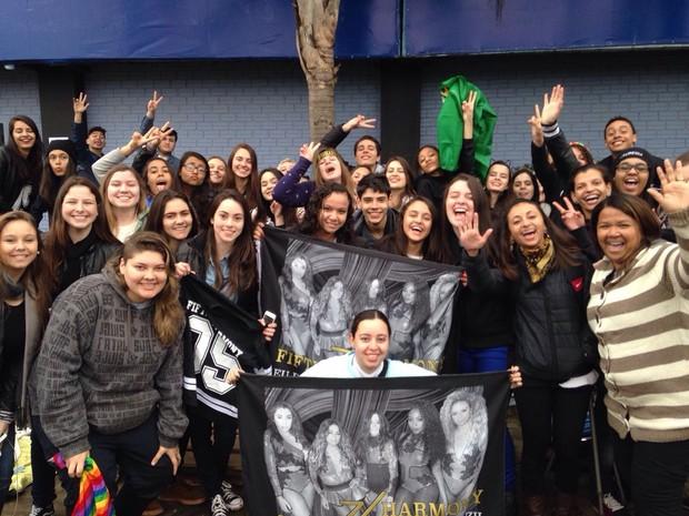 Fãs se aglomeram em frente ao local do show à espera da banda (Foto: Josmar Leite/RBS TV)