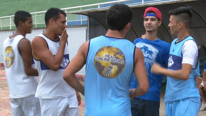 Josy recebe o carinho de companheiros do elenco do Atlético-AC (Foto: Reprodução/Rede Amazônica Acre)