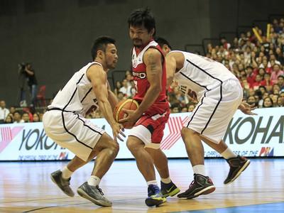 Pacquiao joga basquete nas Filipinas (Foto: Reuters)