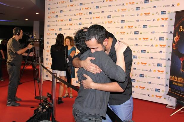 Matheus nachtergaele com Irandhir Santos (Foto: Alex Palarea/AgNews)